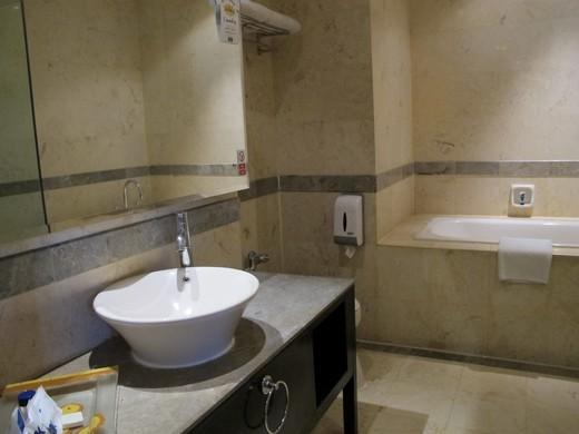 Grand Serela - bathroom with bathtub