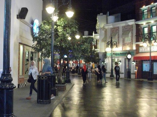 Trans Studio - the uncrowded avenues